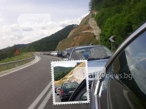 Мъки на границата с Гърция! Пловдивчани чакат в километрична опашка, за да се приберат СНИМКИ