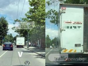 Камион завзе цяло платно в Кючука, принуди шофьорите да станат нарушители СНИМКИ