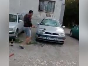 Мъж помля кърджалийски автомобил с брадва ВИДЕО