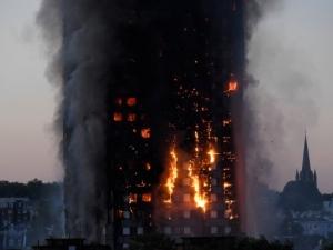 Голям пожар избухна в 27-етажен блок в Лондон! 200 огнеборци гасят стихията СНИМКИ