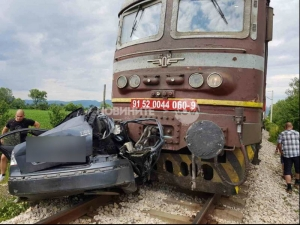 Влак помете кола на релсите, жена загина СНИМКИ