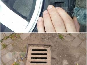 Пловдивчанин се прости с гумата си след близка среща с шахта в центъра на Пловдив СНИМКИ
