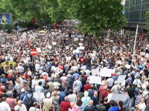 Хиляди на протест в Турция заради осъден опозиционен депутат