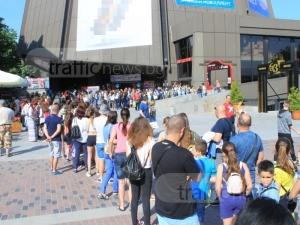 Опашка от стотици деца, чакат за книга и автограф СНИМКИ