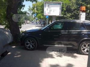 БМВ-то да е на сянка на тротоара, пък пешеходците в Пловдив да крачат по пътя СНИМКИ