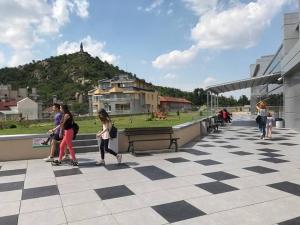 Пловдивски ученици смениха училището с мола СНИМКИ