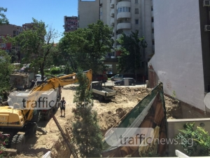 Бутнаха оградата на езиков център в Пловдив СНИМКИ