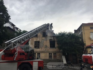 Къща пламна в центъра на Пловдив, 5 пожарни се борят с огъня СНИМКИ+ВИДЕО