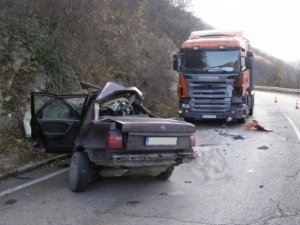 Млада жена и две деца пострадаха при тежка катастрофа край местността Боаза