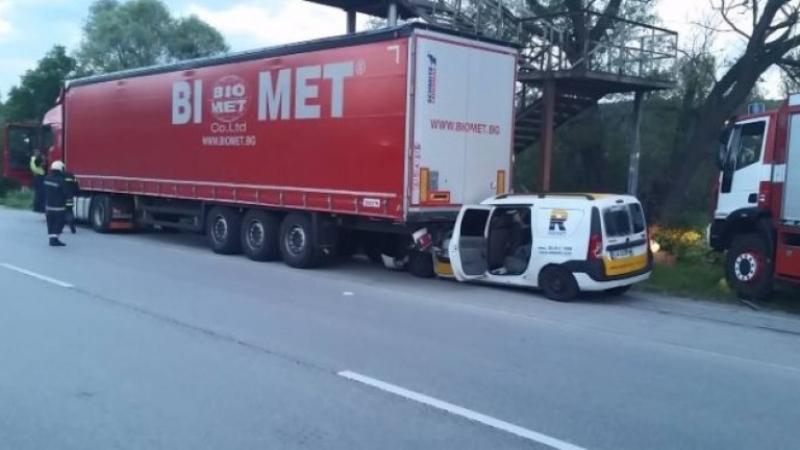 Лека кола се натресе в ТИР, водачът загина