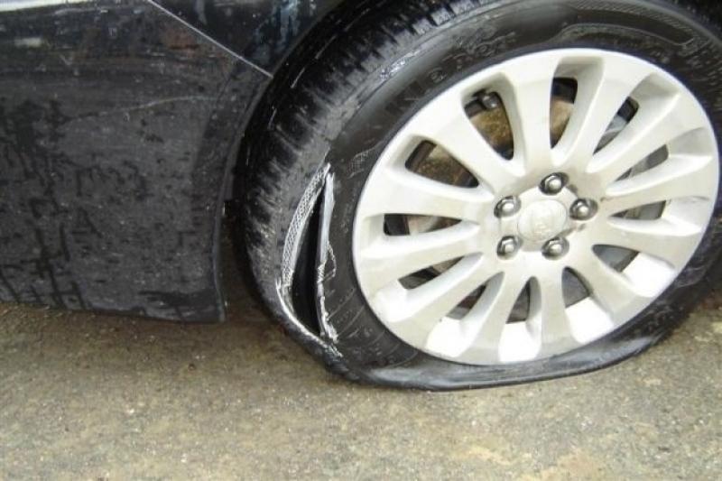 Нарязаха гумите на две коли в Кючука