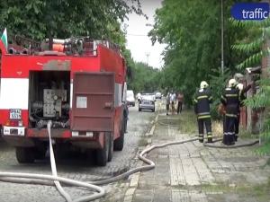 Пожарните едва открили улицата с горящата къща ВИДЕО