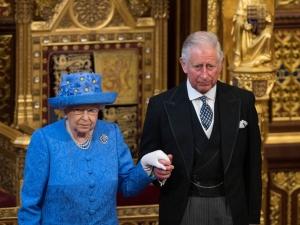Костюмът на кралица Елизабет - отговорът й за Brexit
