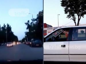 Неадекватен шофьор шпори по пловдивските улици! На два пъти аха да отнесе челно коли ВИДЕО