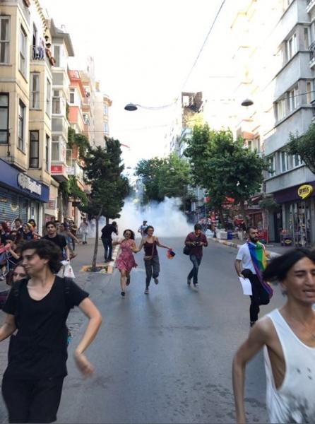 Полицията в Истанбул стреля с гумени куршуми участниците в гейпрайда