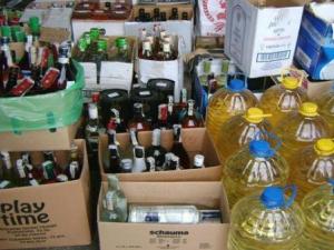 Конфискуваха близо 600 литра незаконен алкохол от дома на женa
