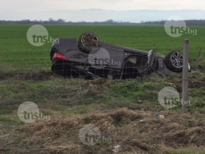 Две коли се преобърнаха на Тракия край Пловдив, трима мъже пострадаха