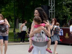 Бебета танцуваха зумба с майките си в Цар-Симеоновата градина СНИМКИ