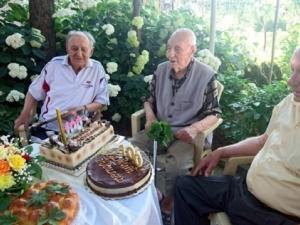 Дядо на 100 години сам си изкарва прехраната