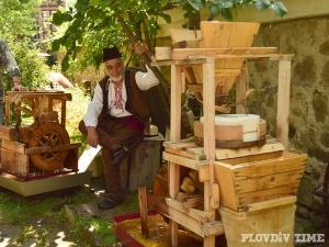 Десетки майстори изпълниха Стария град, показват тайни на древните занаяти СНИМКИ