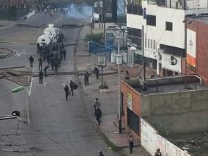 Венецуела пред гражданска война! Хеликоптер атакува с гранати Върховния съд, танкове по улиците ВИДЕО