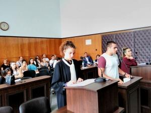 Ученици от Хуманитарната участваха във възстановка на съдебен процес