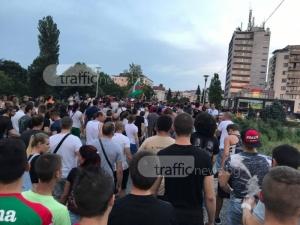 Рокери и протестиращи щурмуваха махалата в Асеновград! Шествието стана неуправляемо ВИДЕО и СНИМКИ