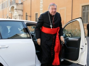 Обвиниха ковчежника на Ватикана в сексуален тормоз