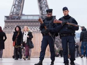 Мъж се опита да блъсне хора пред джамия в Париж