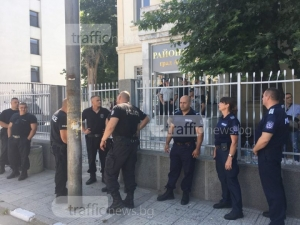 Съдът в Асеновград под полицейска обсада, вкарват в залата арестуваните роми СНИМКИ