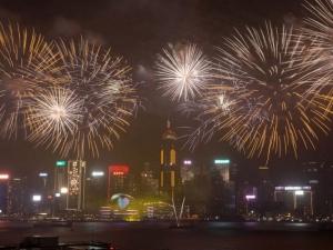 Зрелищна заря събра 300 000 зрители в Хонконг СНИМКИ