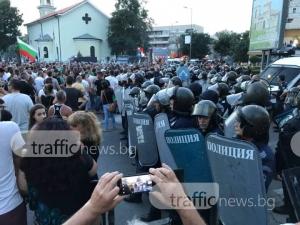 Протестът набъбна на 7000 души, тръгнаха към ромската махала СНИМКИ и ВИДЕО