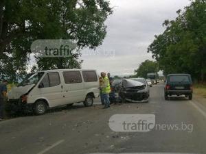 Бус и кола се удариха край Пловдив, образува се километрична опашка СНИМКИ