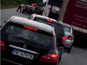 Кола гори на пътя за Асеновград! Задръстването е зверско ВИДЕО