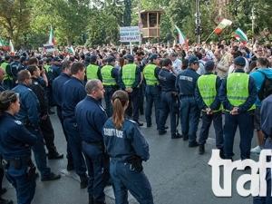 Три автобуса с полицаи с развети знамена тръгват за протеста пред парламента