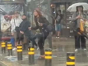 Жена показа на автобусна спирка, че няма лошо време, а само такова настроение ВИДЕО