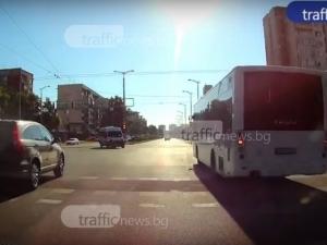 Автобус хвърчи с висока скорост на булевард в Пловдив, не го спира и червеният светофар ВИДЕО