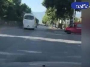 Автобус, пълен с пътници, шпори с близо 100 километра в Пловдив ВИДЕО