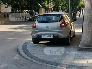 Шофьорка помисли тротоар за паркинг на магазин в Пловдив СНИМКИ
