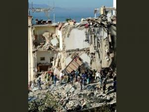 Сграда се срути в Италия, осем души са в неизвестност СНИМКА