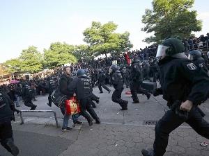 213 ранени полицаи и 290 задържани при размириците в Хамбург