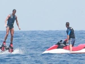 Вместо да мисли за трансфер, Роналдо се забавлява на остров