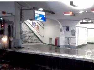 Силна двучасова буря вилня в Париж! 15 станции на метрото са затворени заради наводнения