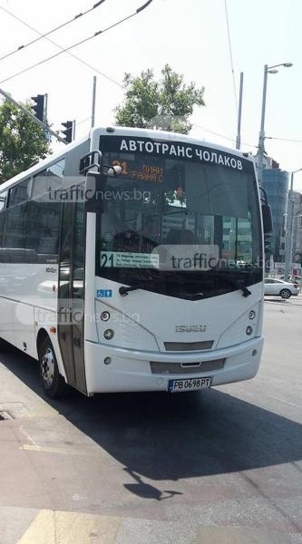 Автобус маневрира на червено, замалко да помете майка с количка СНИМКИ