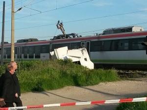 Пловдивчанин загина намясто! Влак удари буса му и го влачи 200 метра