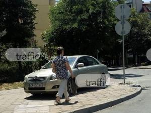 """Нахален софиянец запуши тротоара до светофара на """"Мария Луиза"""" СНИМКА"""