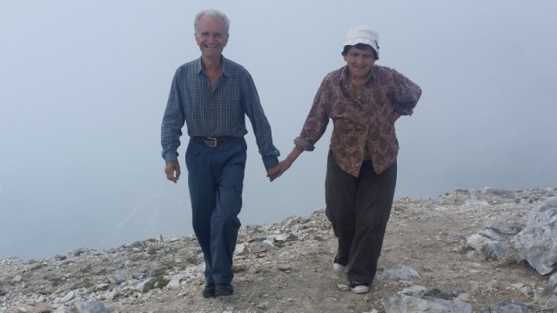 Възрастна двойка изкачи връх Вихрен ръка за ръка СНИМКИ