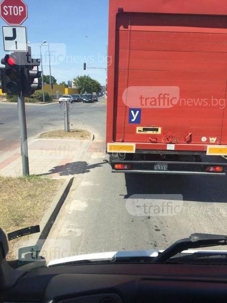 Учебни камиони газят пешеходна пътека и велоалeя в Пловдив СНИМКА
