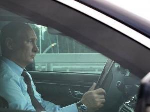 Спипаха Владимир Путин да шофира без колан ВИДЕО