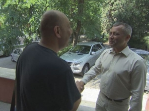 Мъж върна голяма сума намерени пари, а собственикът им ги дари